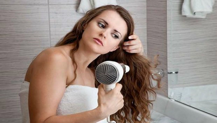Πώς να κάνετε πιστολάκι στα μαλλιά χωρίς να καταστρέφονται οι τρίχες ... c4908d2e2f7